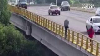 Una mujer evitó que hombre se lanzara al vacío desde una carretera de México