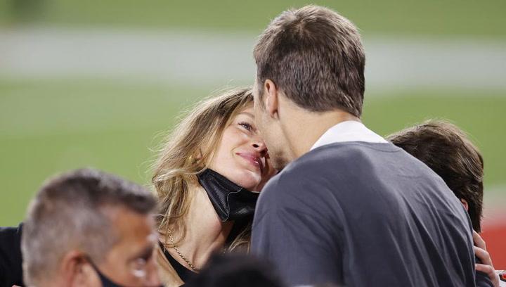 El apasionado beso de Gisele Bundchen y Tom Brady tras el triunfo de los Buccaneers