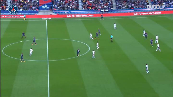 Edinson Cavani sella una gran jugada colectiva del París Saint-Germain