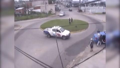 El video del momento que un policía hace RCP a una beba y le salva la vida