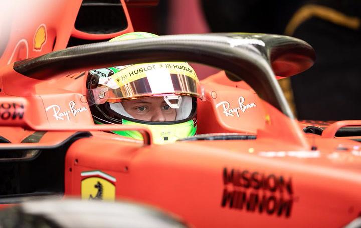 Mick Schumacher prueba en un día lluvioso en Bahrein el Ferrari SF90