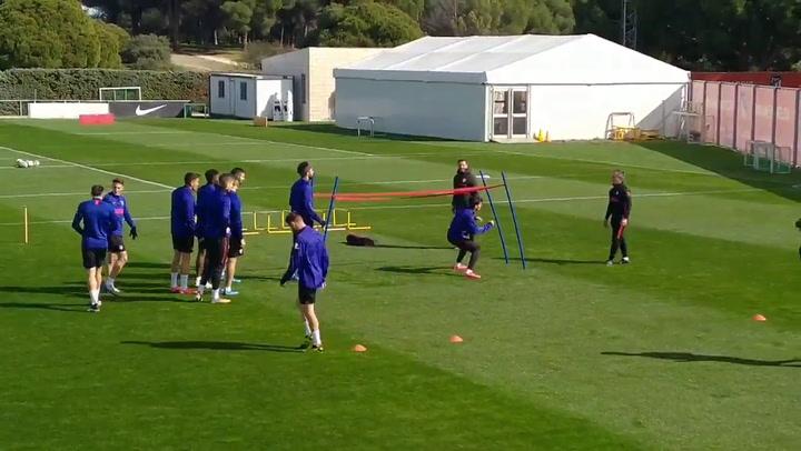 El entrenamiento dividido del Atlético: titulares y suplentes