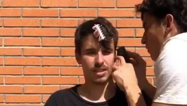 Marc Márquez, peluquero de su hermano Álex en tiempos de confinamiento