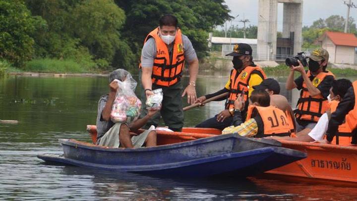 ธรรมนัส ควง จุ๊บจิ๊บ ลงเรือแจกถุงยังชีพช่วยน้ำท่วมที่สระบุรี