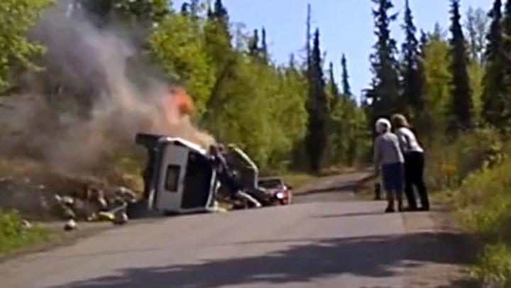 Mann sitter fastklemt i brennende bil: – Hjelp meg!