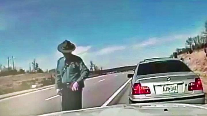 Politimannen er sekunder unna døden