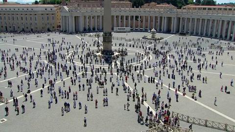 Los fieles vuelven a la plaza de San Pedro para escuchar al papa, respetando las distancias