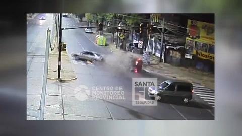 Un espectacular choque entre dos autos quedó registrado por las cámaras de video