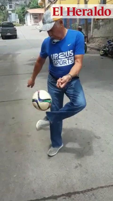 Exfutbolista hondureño Rubén Guifarro sorprende con dominadas