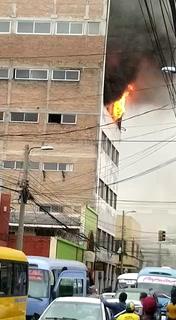 Capitalinos captan incendio en comercial Los Ángeles