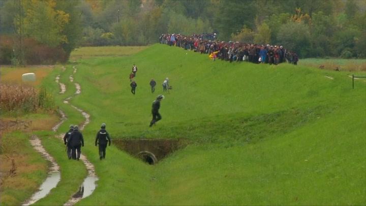 Duizenden mensen lopen van Kroatië en Slovenië
