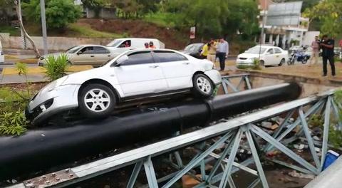 Vehículo cae en intermedio de puente en bulevar Suyapa