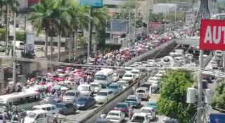Médicos y docentes protestan por la derogación de decretos