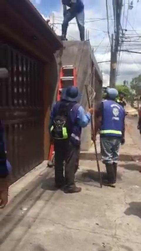 Alcaldía destruye muro que excede limites en vivienda capitalina