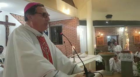 La iglesia que fue baleada el domingo hoy dio misa custodiada por tres patrulleros