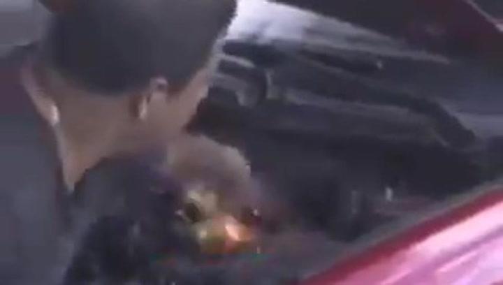 Cómo encender un coche con las manos y no morir en el intento