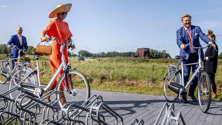 ¡Más difícil todavía! Máxima de Holanda con taconazo, bolso y pamela en bicicleta
