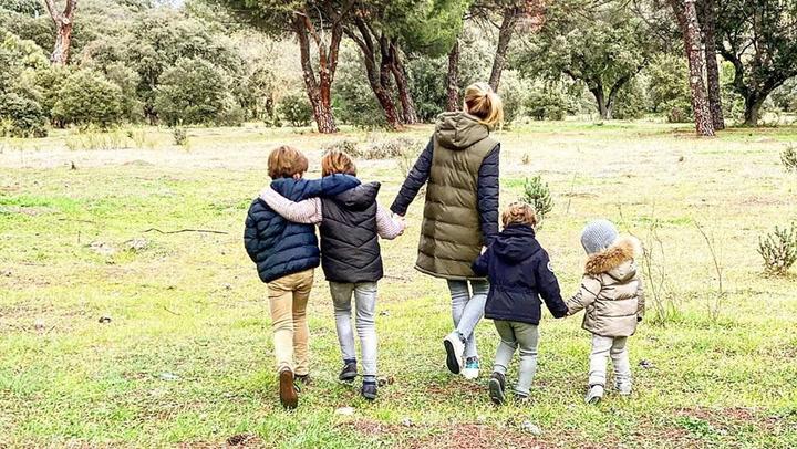 Carreras de bicis y paseos por la naturaleza, el mejor plan familiar de Amelia Bono