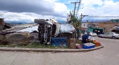 Vehículo de accidenta y cae sobre techo de una casa en Comayagüela
