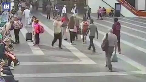 Condenaron a un joven que empujó brutalmente a un anciano en una estación de trenes