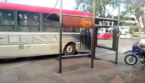 Peligrosas maniobras de un camión en calle Almafuerte