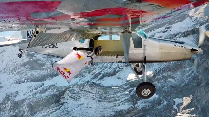 Her hopper han inn i et fly i 140 km/t