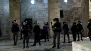 Más de un centenar de heridos en choques entre policía israelí y palestinos en Jerusalén