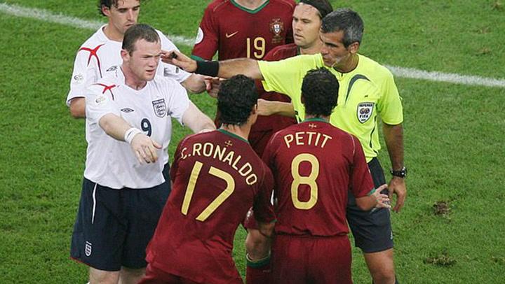 Wayne Rooney es expulsado con tarjeta roja durante un enfrentamiento con el Portugal de Cristiano Ronaldo