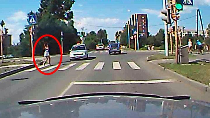 Krysser gata oppslukt av mobilen - skaper trafikkulykke
