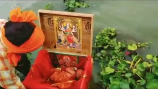 Hallan una bebé en una caja flotando en el río Ganges