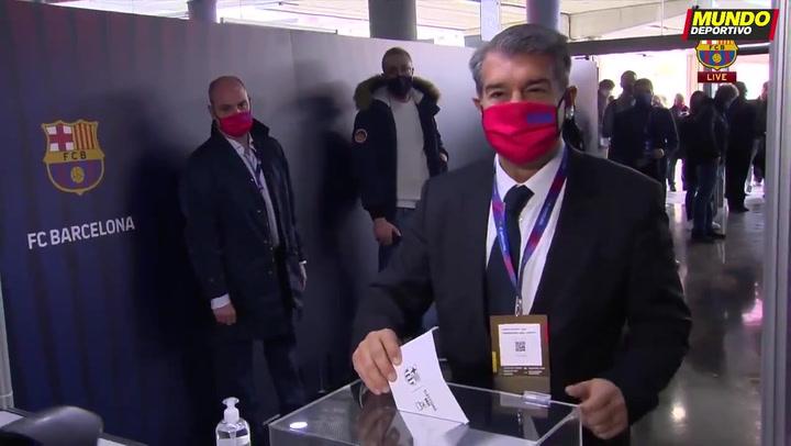 El candidato Joan Laporta, socio número 13.352, ejerce su derecho a voto en el Camp Nou