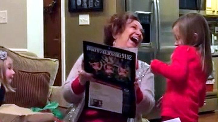 Bestemors reaksjon på den lettkledde julegaven er hysterisk