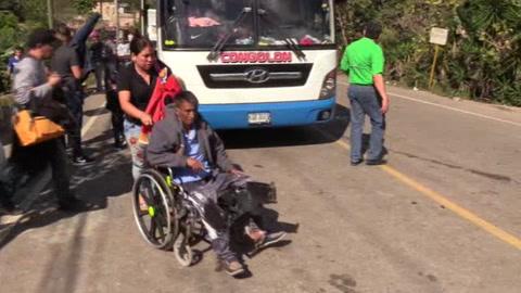 Más de 709 hondureños de la caravana de migrantes cruzan la frontera de Guatemala