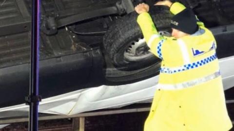 Un policía de tránsito evitó con sus manos que un camión cayera de un puente