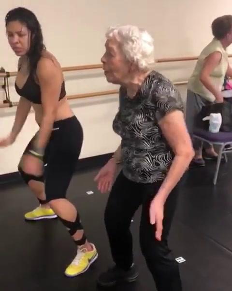 El video viral de una abuela de 90 años bailando dura de Daddy Yankee