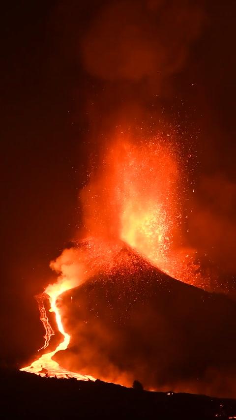 La Palma: Erupción continúa y provoca un río de lava que se desplaza con rapidez