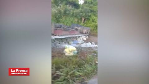 Conductor herido tras volcamiento de rastra en La Masica