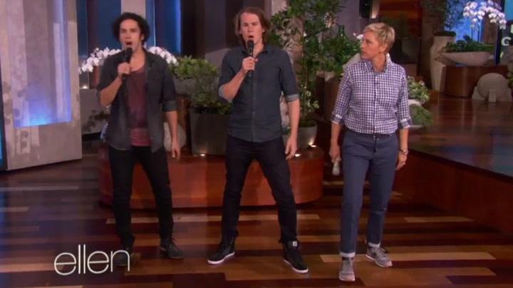 Her synger Ylvis «The Fox» på The Ellen DeGeneres Show