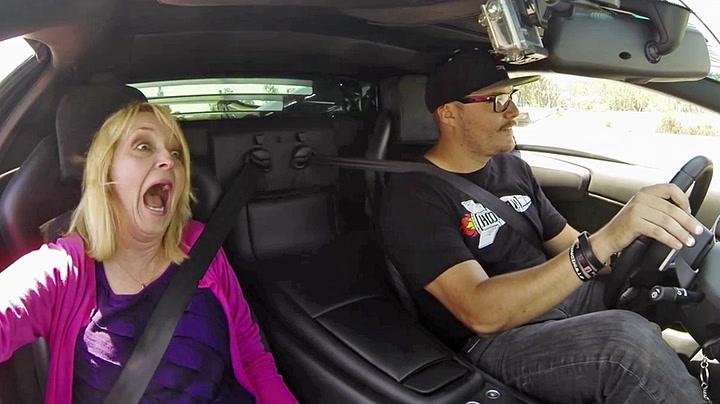 Bestemødre får sitt livs opplevelse i Lamborghini