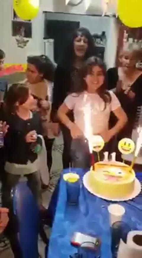 Estaba por soplar las velitas de la torta y terminó envuelta en llamas