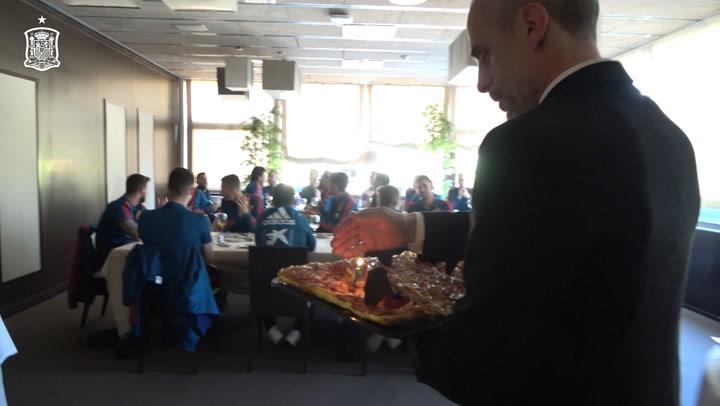 Jordi Alba celebra el cumpleaños junto a sus compañeros de la Selección