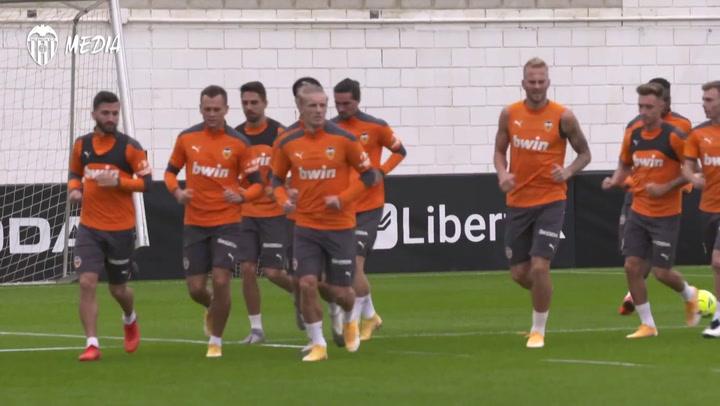 El Valencia prepara el partido ante el Elche