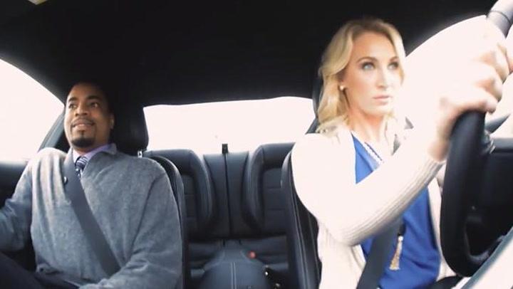 Hun spilte dum blondine – så satte de seg i bilen