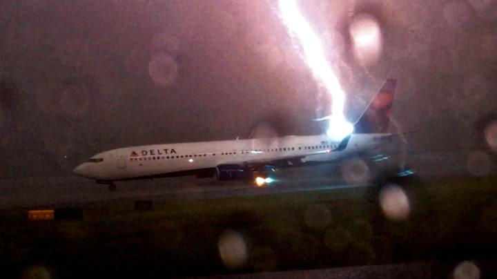 Flyene står i kø på rullebanen. Så smeller det