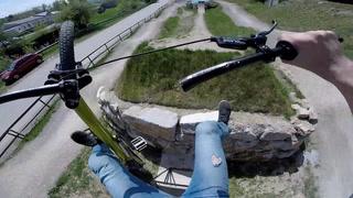 Hopper med sykkel - så løsner styret