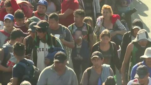 Cientos de migrantes centroamericanos ingresan a México desde Guatemala
