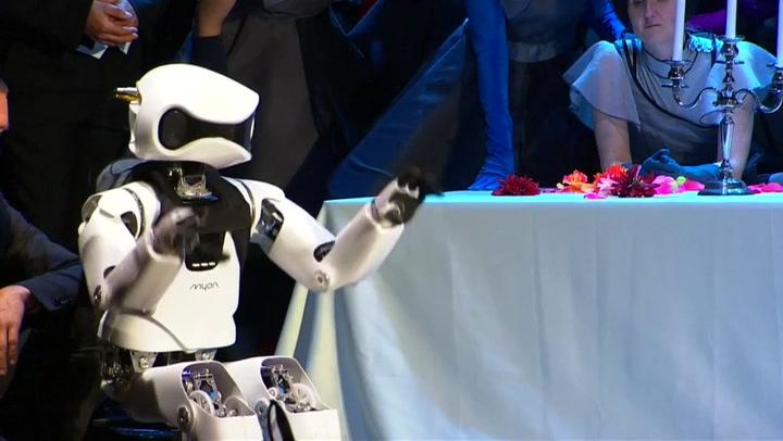 Slik høres det ut når roboten synger opera