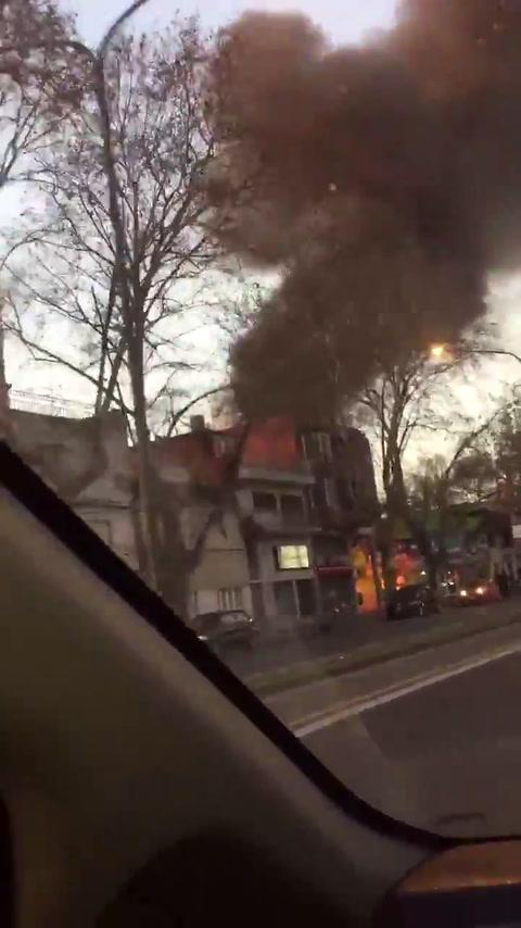 Espectacular incendio de un ómnibus de pasajeros en barrio Echesortu