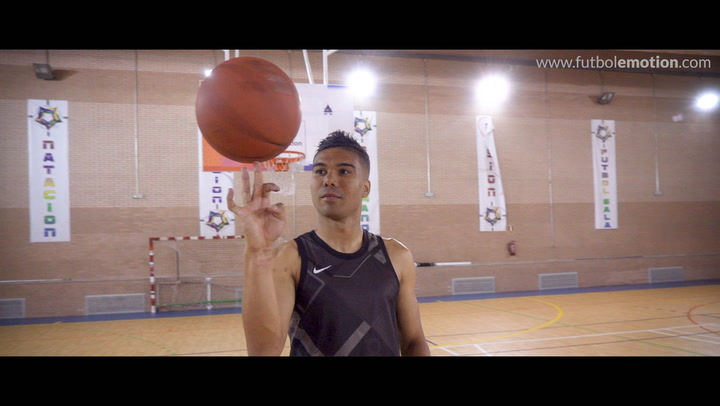 Casemiro demuestra sus habilidades con el baloncesto