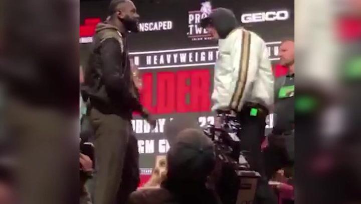 Tyson Fury y Deontay Wilder se retan en la ceremonia de pesaje previa a su combate mundial